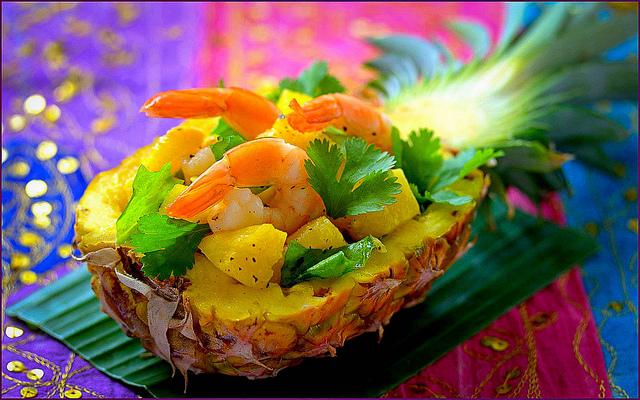 Салат в ананасе с креветками рецепт